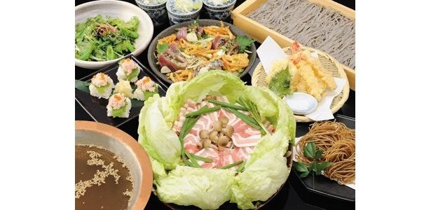 料金の一部が被災者支援の義援金として寄付される居酒屋チェーン「高田屋」の「義援金付き特別宴会コース」。「ずわい蟹の押し寿司」など7種の料理が並ぶ