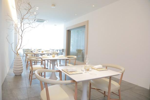山桜のチェア、砂時計をイメージしたテーブルなど、「Reminiscence」の世界観を感じるインテリア。手掛けたのは、日本で唯一の北欧家具ライセンスを持ち、高い技術が評判の「Kitani」