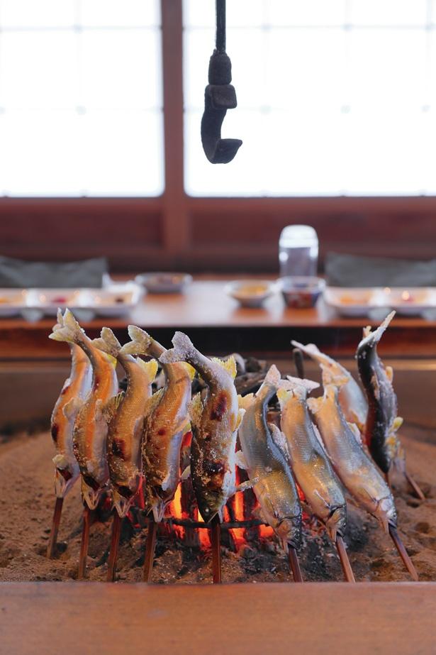 馬瀬川と和良川で捕れたアユは骨まで食べられるように、しっかりと火を通す / 柳家