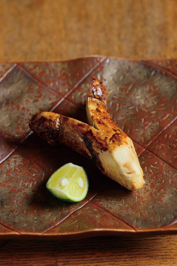 香り高い信州産マツタケの炭火焼きは、スダチをかけてシンプルに / 柳家