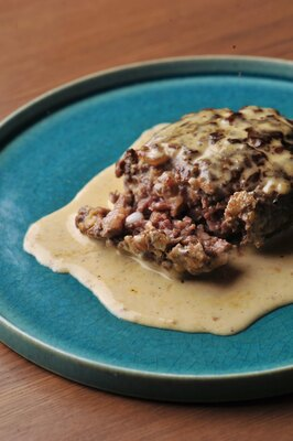 熟成肉を細かくカットし、少量の卵と自家製パン粉でまとめたハンバーグ。白ワインやフォンドボーなどで仕上げた、まろやかな味わいのソースが肉の甘味と旨味を際立たせる / Bistro Gorilla