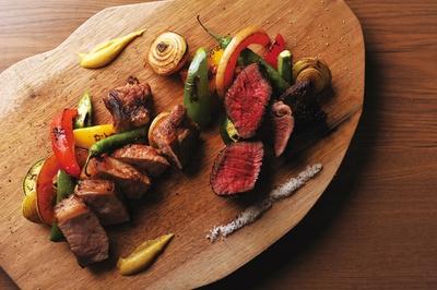 牛肉はきめ細やかな繊維を壊さぬようにしっとりと、豚肉は余分な背脂を落としつつ焼き上げる / Bistro Gorilla
