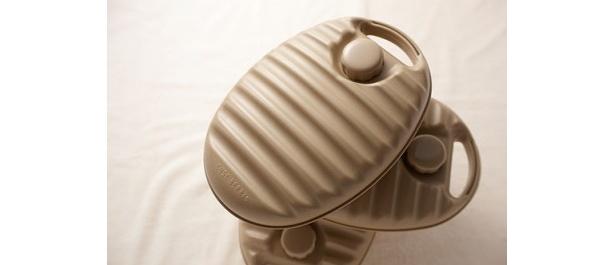 約80℃以下の湯を入れて使用できる「湯たんぽ」(2604円)は、カバーの種類も豊富なので使う度に楽しい!