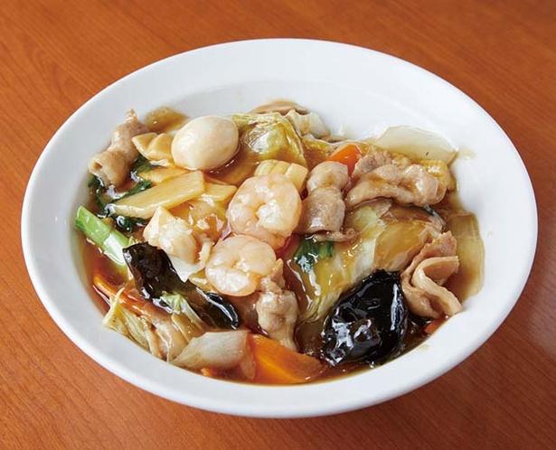萬福 / 中華飯(各680円)。具だくさんで食べ応えあり。ゴマ油でまろやかな風味をプラス