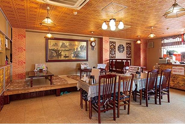 中華料理 孟渓苑 / 本場中国を思わせる店内。2Fには座敷の大広間も完備する