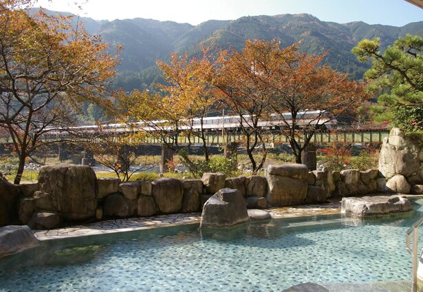川と山を望む最高のロケーション。開放感抜群でリラックスできる / 下呂温泉 望川館