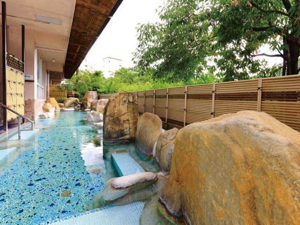 豊かな自然に囲まれた女性露天風呂。秋は美しい紅葉が見られる / 下呂温泉 望川館