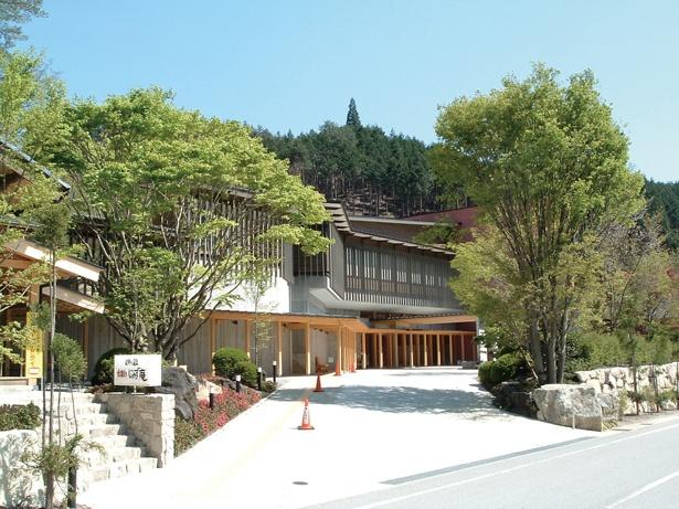 天然温泉と温泉プールがそろう施設。食事処もある / 飛騨川温泉 しみずの湯