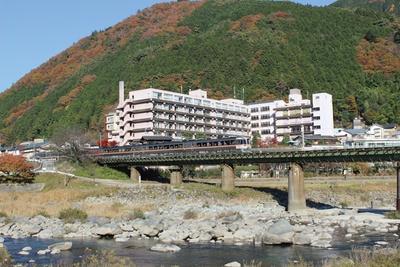 川と山に囲まれた情緒ある湯宿で、歴史ある下呂の湯を満喫 / 下呂温泉 望川館