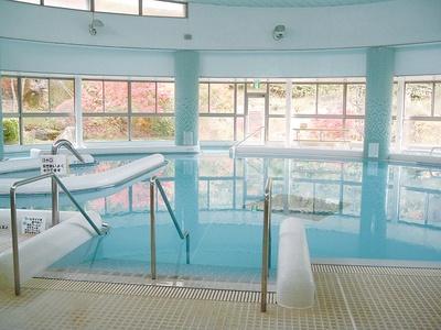 天然温泉を100%使用する温泉プールでは、水中運動教室も実施 / 飛騨川温泉 しみずの湯