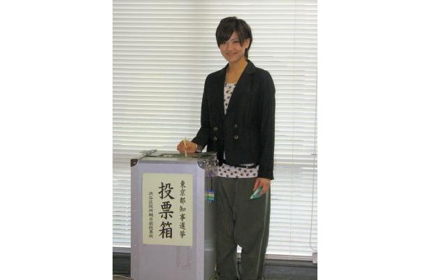 実際に投票する宮澤佐江さん