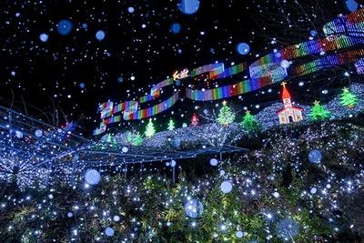 【写真を見る】サンタクロースが空飛ぶ姿を光で再現した「スノーワールド」