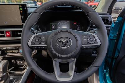 RAIZEのステアリングホイール。ハンドルコラムには現代車らしい各種ステアリングリモコンのボタンを備える