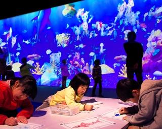紙に自由に描いた魚が巨大な水族館で泳ぎ出す「お絵かき水族館」