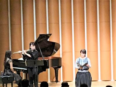 【写真を見る】フルートとピアノの生演奏で、アナウンサーの朗読に花を添える