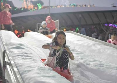 会場内に粉雪が舞い降り南国沖縄で雪遊びができる