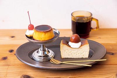 店舗で味わえる手作りスイーツ。「カスタードプリン」(左 370円)、「和栗のチーズケーキ」(右)、「コーヒー」(右奥 400円~)