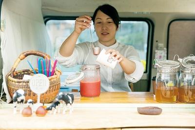 イチゴときび砂糖の自家製シロップや、目の前で豆を挽くハンドドリップの「コーヒー」(350円)など丁寧な味