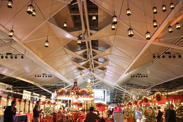 ランタンやメリーゴーランドなど暖かみのある雰囲気は、本場のクリスマスマーケットのよう