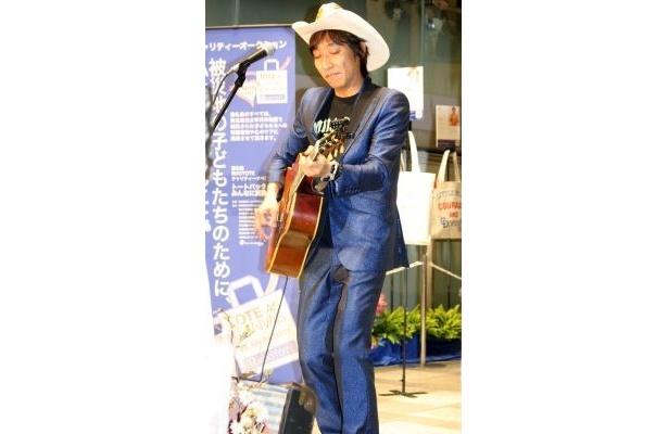 ギターを演奏するウルフルケイスケさん