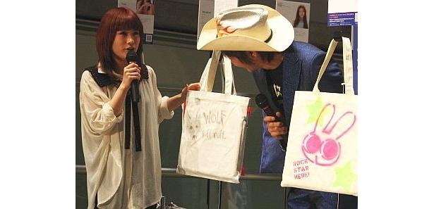 IMALUさんはオオカミのイラスト入りバッグを発表した