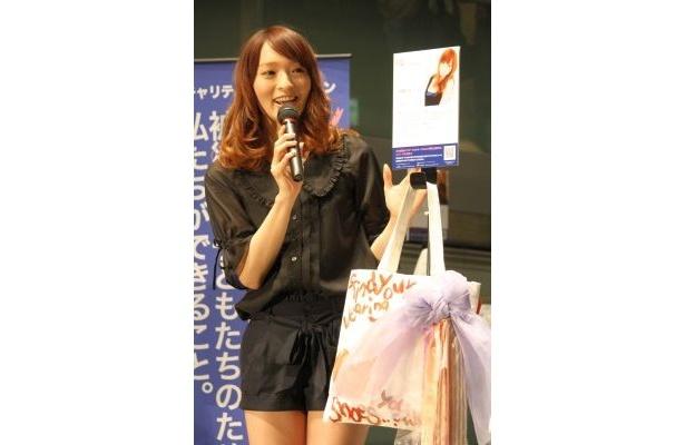 佐藤かよさんデザインのバッグはかわいいリボン付き