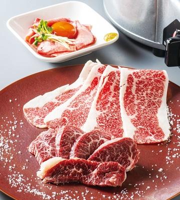 希少部位のブリスケットをスライスした上バラおろし(中央、1380円)は、旨味が濃くトロけるおいしさ/黒毛和牛 焼肉 牛 こうの