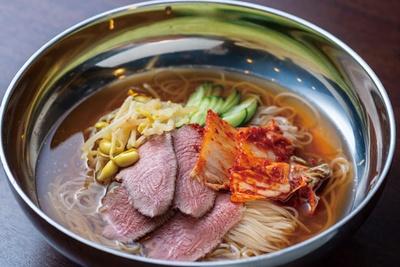 冷麺(780円)。低温調理したタン先入り。このタン先が食べられるメニューは冷麺のみ/焼肉 大翔苑