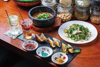 餃子3種盛り(700円、手前)、自家製厚揚げとたっぷり木の子の麻婆ソース(700円、奥左)など。果実酒は650円/BDYエスニック