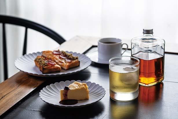 バスク風チーズケーキ(500円、手前左)、約5種類がそろうウイスキー水割(900円、手前右)など/喫茶百景