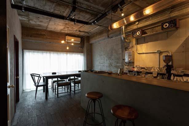 打ちっぱなしの空間とアンティークの家具が印象的/喫茶百景