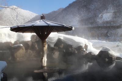 露天風呂は高さ違いで3つあり、上2段が男湯、下段は混浴 / 深山荘