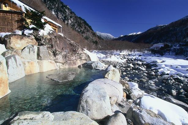 【写真を見る】露天風呂から望む、槍ヶ岳の雪絶景をご覧あれ / 槍見の湯 槍見舘