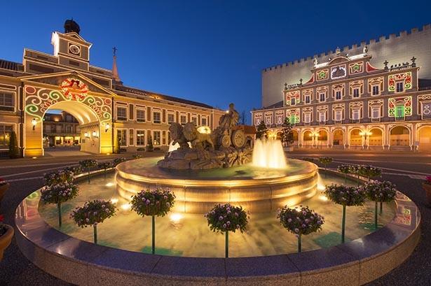 【写真を見る】異国の雰囲気たっぷりなシベレス広場