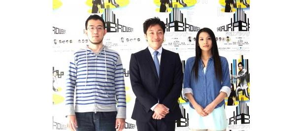 舞台「芝浦ブラウザー」の囲み取材に登場した(写真左から)上田誠、音尾琢真、芦名星