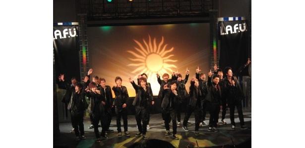 デビュー公演では歌、ダンス、ユニットコントを取り入れたステージを繰り広げた