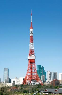 インターナショナルオレンジと白の2色が青空に映える、昼の東京タワー