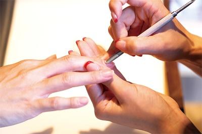 甘皮のケアから行い、自爪を美しく健康に整えてくれる / ネイルステーション