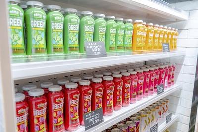 レジカウンターの脇ではボトルドリンクやエナジードリンク、スナックフードを販売