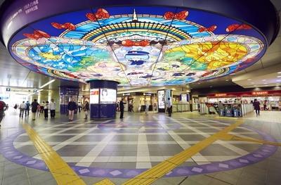 京王多摩センター駅の改札前にはキャラクターが描かれたステンドグラス風照明が