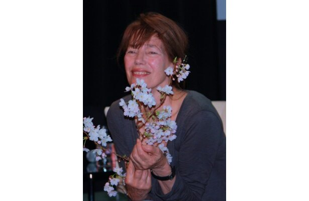 桜の花を手にして現れたジェーン・バーキン