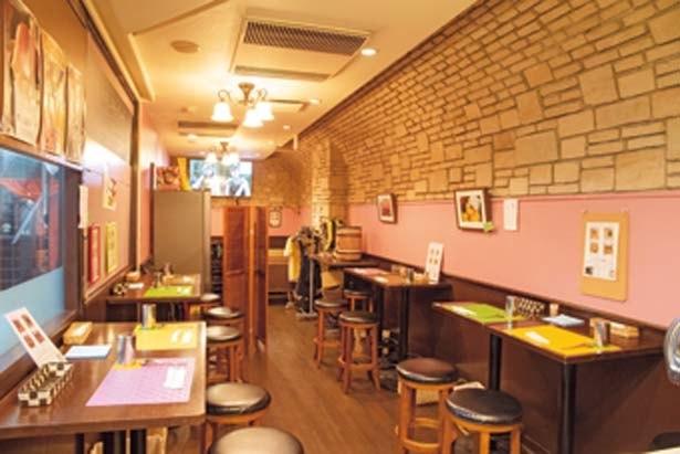 イタリアの酒場をイメージした店内。御堂筋沿いのビル地下1階にある/イワッチーナ邸 La麺Cucina