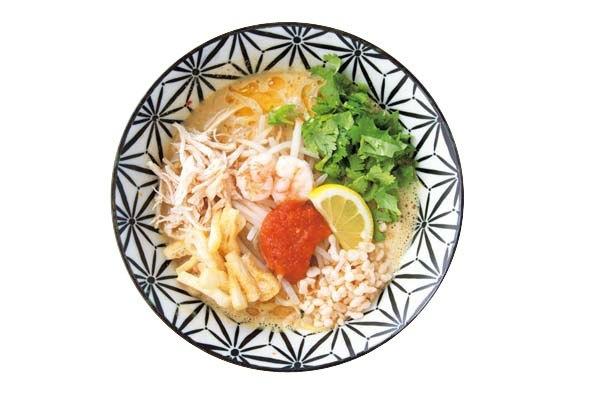 ラクサ(920円、夜は米粉麺920円)、MIX麺(1020円)。2種の麺の食感とエビの華やかな風味/TREE OF LIFE