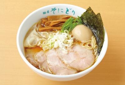 【写真を見る】三重県総合部門1位を獲得した「全部入り醤油らーめん」(税込 1130円)は、鶏と煮干しのバランスが絶妙! / 麺屋 そにどり