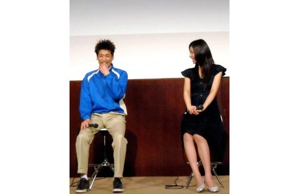 お子さま記者から「好きな色は!?」の質問に佐藤隆太と松下奈緒は思わず笑顔に