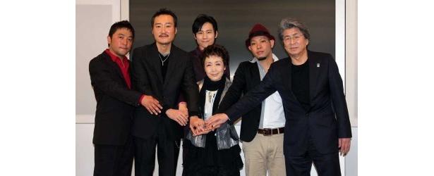 4/6記者発表にて。中央が加藤登紀子さん。加藤さんを囲んで、鳥越俊太郎さん、かりゆし58、KOBUDO-古武道-。