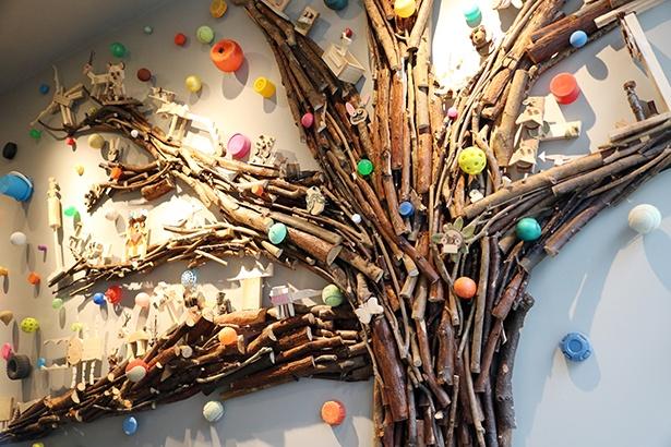 """2Fと3Fをつなぐ階段部分のオリジナルアート。タイトルは「梅田みらみらの木」。""""みらみら""""はみんなと未来から来ている"""