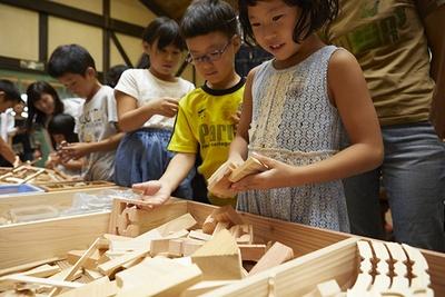 河内長野市立林業総合センター 木根館(きんこんかん)で行われた、森のかけら工作の様子