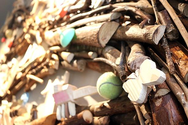 木の部分には河内長野市の間伐材を使用。よくみると淀川で拾ったボールやプラスチックの漂流物が