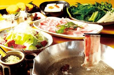 ちりり鍋(右)はやまと豚120g、京野菜、豆腐のセット。写真は2人前